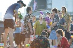 Tonårs- lekvatten med hans vänner under Songkran Fotografering för Bildbyråer