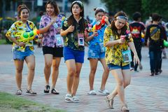 Tonårs- lekvatten med hans vänner under Songkran Royaltyfri Fotografi