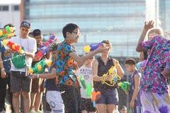 Tonårs- lekvatten under Songkran Royaltyfri Foto