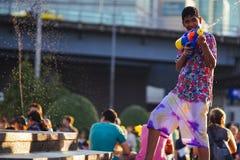 Tonårs- lekvatten under Songkran Royaltyfria Bilder