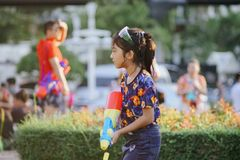 Tonårs- lekvatten under Songkran Royaltyfria Foton