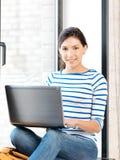 tonårs- lycklig bärbar dator för datorflicka Royaltyfri Fotografi