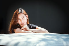Tonårs- lyssnande musik för lycklig asiatisk ungdom på mobiltelefonen royaltyfri foto