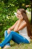 tonårs- mobil telefon för flicka Arkivbilder