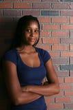 tonårs- naturlig stående för svart flickalampa royaltyfri foto