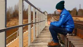 Tonårs- på utomhus- stock video