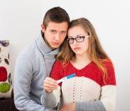 Tonårs- par med den positiva graviditetstestet royaltyfri fotografi