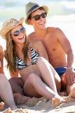 Tonårs- par på strandferie Fotografering för Bildbyråer