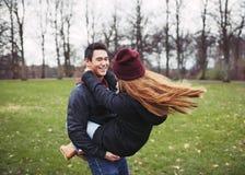 Tonårs- par som är förälskade i skogen Royaltyfri Bild