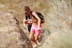 Tonårs- par som campar på fältbakgrunden Pojkvän och flickvän på sommarsemester Förälskat begrepp för tonåringar fotografering för bildbyråer