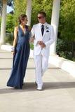 Tonårs- par som går till studentbalen som går och ler på de Fotografering för Bildbyråer