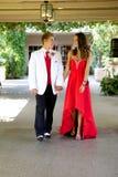 Tonårs- par som går till studentbalen som går och ler på de royaltyfri bild