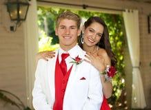Tonårs- par som går till studentbalen som poserar för ett foto Royaltyfri Bild