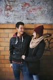 Tonårs- par som tycker om varje andra företag arkivbild
