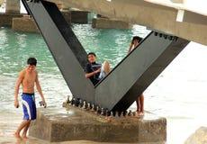Tonårs- pojkar som spelar på stranden i Puerto Vallarta fotografering för bildbyråer