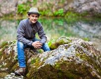 Tonårs- pojke i berg Royaltyfria Bilder