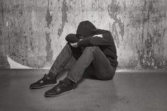 Tonårs- pojke i en djup fördjupning arkivfoton