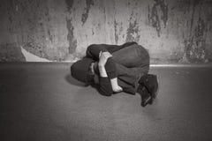 Tonårs- pojke i en djup fördjupning royaltyfri foto