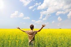 Tonårs- pojke i gult fält Arkivbild