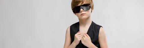 Tonårs- pojke i trendig kläder och exponeringsglas arkivfoton