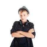 Tonårs- pojke med hörlurar som ha på sig en hatt. Arkivbilder