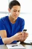 Tonårs- pojke med telefonen i grupp Fotografering för Bildbyråer