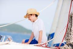 Tonårs- pojke på den lyxiga yachten Arkivbilder