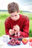 Tonårs- pojke på hans födelsedag Arkivbild