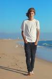 Tonårs- pojke på stranden arkivfoto