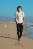 Tonårs- pojke på stranden fotografering för bildbyråer