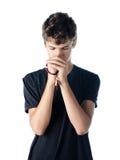 Tonårs- pojke som ber med radbandet Arkivfoto