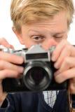 Tonårs- pojke som fotograferar till och med retro kamera Arkivbilder