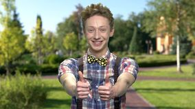 Tonårs- pojke som ger upp tummar utomhus arkivfilmer