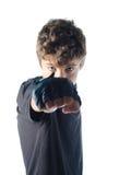 Tonårs- pojke som kastar stansmaskin in mot kamera Arkivfoto