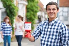 Tonårs- pojke som samlar för välgörenhet i gata fotografering för bildbyråer