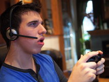 Tonårs- pojke som spelar videospelet Arkivfoton
