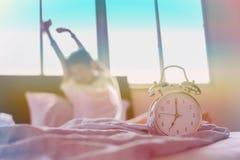 Tonårs- pojke som sträcker händer efter wakeup i säng Royaltyfria Bilder