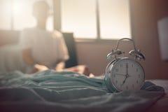Tonårs- pojke som sträcker händer efter wakeup i säng Arkivfoton