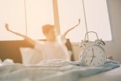 Tonårs- pojke som sträcker händer efter wakeup i säng Royaltyfri Fotografi