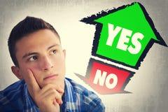 Tonårs- pojke som tänker vad för att välja between JA och INTE Arkivbild