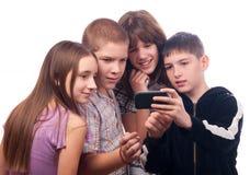 Tonårs- pojke som visar det digitala innehållet till vänner Arkivfoto