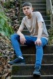Tonårs- pojke utanför på en ljus vårdag royaltyfria foton