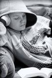 tonårs- pojkeavläsning Royaltyfria Foton