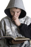 tonårs- pojkeavläsning Arkivbild