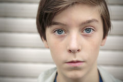 tonårs- pojkestående Arkivfoton