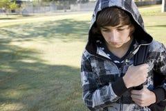 tonårs- ryggsäckpojkeskola Arkivfoto