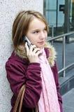 tonårs- samtal för cellflickatelefon Arkivbilder