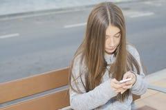 Tonårs- seende mobil Royaltyfri Foto
