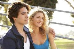 tonårs- sittande moment för par royaltyfria foton