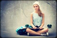 Tonårs- skateboradåkareflicka arkivbilder